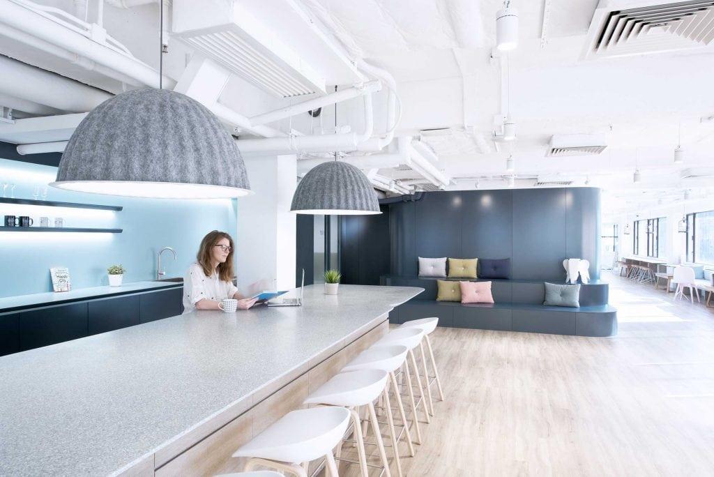 Las curiosas lámparas de techo en forma de jaula de pájaros son el modelo Birdcage de Décor 8. Lámpara de techo Ambit de Muuto en las salas de reuniones y mesas de trabajo.