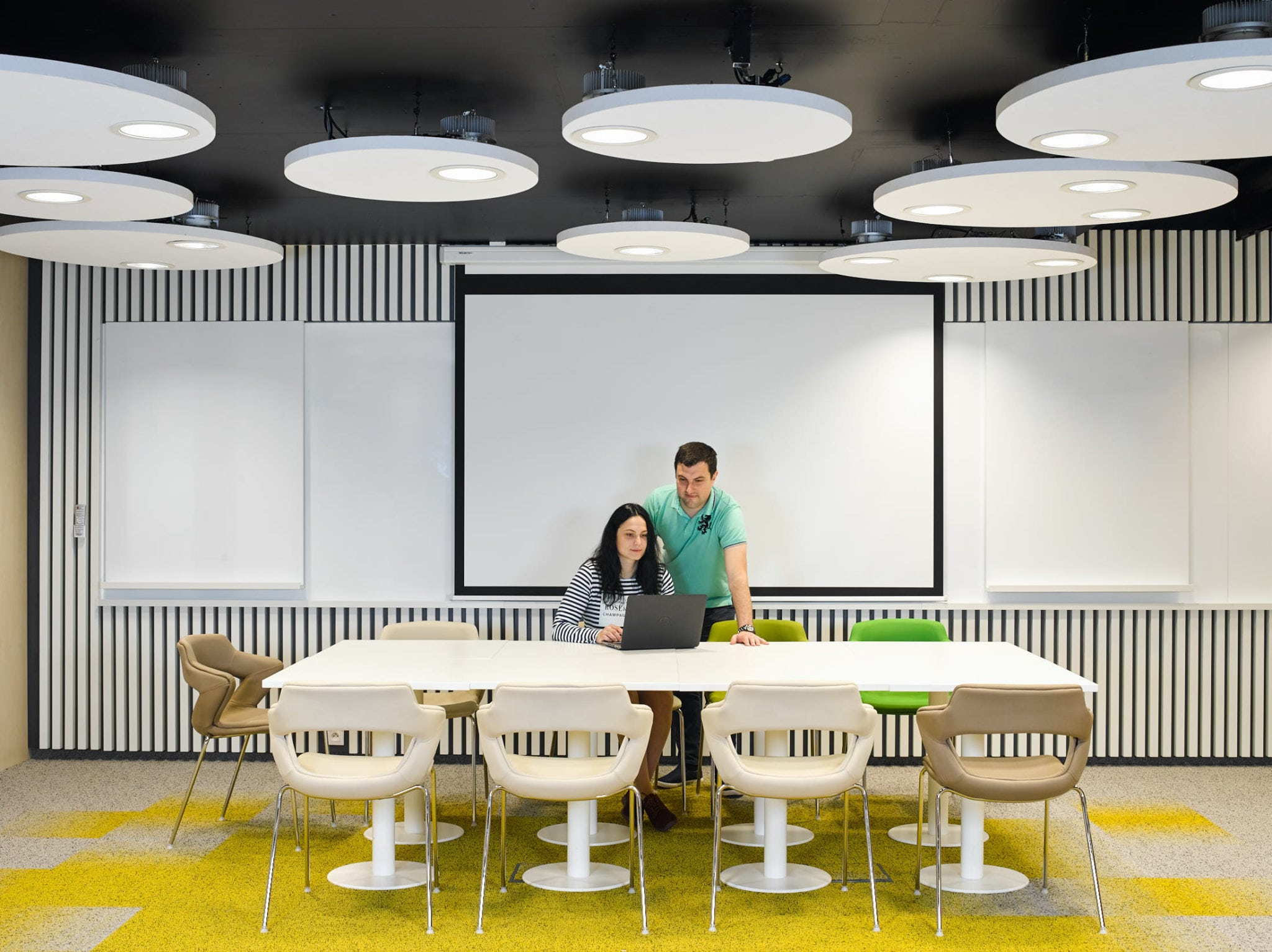 Una iluminación de oficina como una taza de café