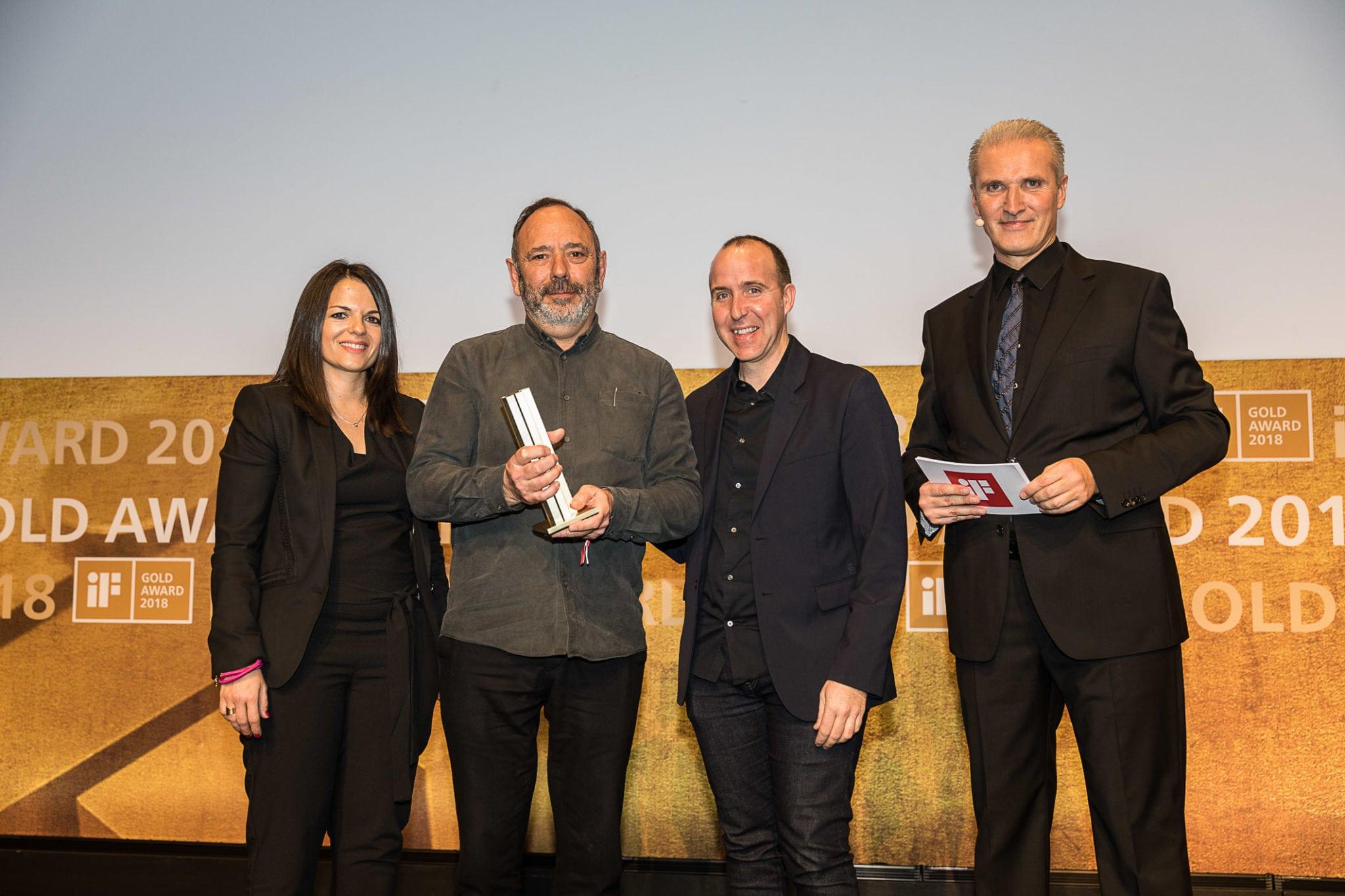 simon Anna Ferrer, Brand Manager de Fluvia, el diseñador Antoni Arola, y Salvi Plaja, director de diseño de Simon recogieron el premio iF Gold Award.